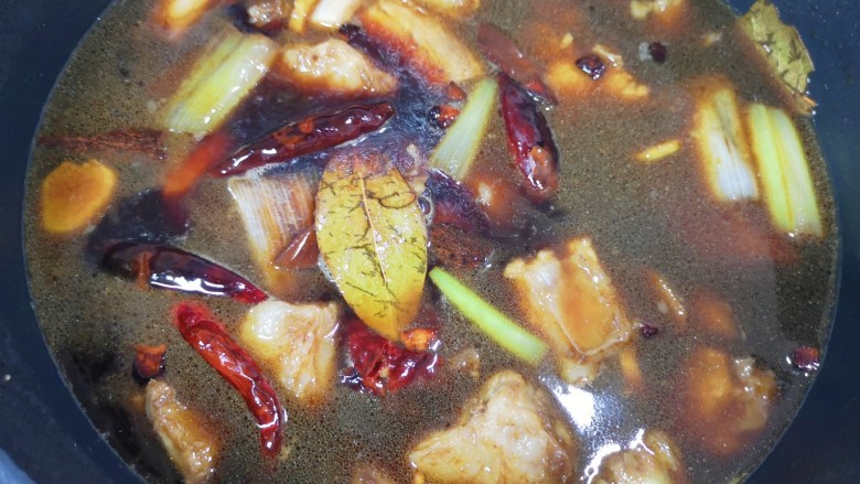 土豆排骨焖饭,加入开水烧开,转中小火炖40分钟。