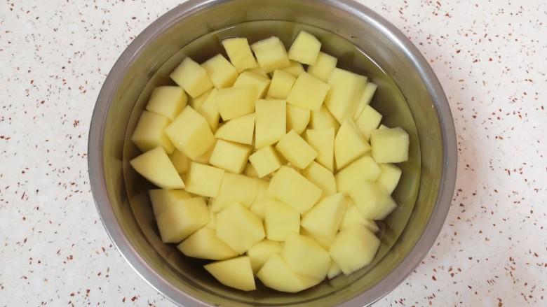 土豆排骨焖饭,用凉水泡上备用。