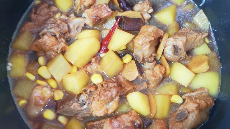 土豆排骨焖饭,将排骨土豆带汤汁一起倒入电饭煲里面,按下煮饭键,和米饭一起蒸熟即可。