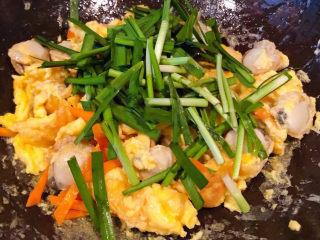 扇贝炒鸡蛋,放入韭菜改中小火翻炒均匀