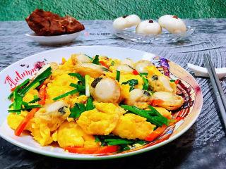 扇贝炒鸡蛋,美味的扇贝炒鸡蛋装入盘中搭配小馒头和大梁骨一起吃超级棒