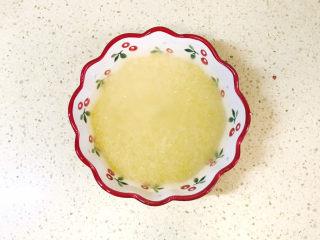 苹果小米粥,小米用清水清洗干净