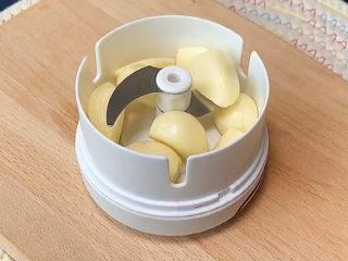 蒜香鸡翅,剥一整颗蒜头,剁成蒜泥,或者用搅泥机搅成蒜泥。