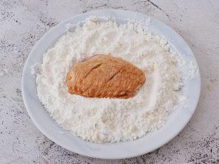 蒜香鸡翅,再把腌制好的鸡翅放入混合好的面粉中