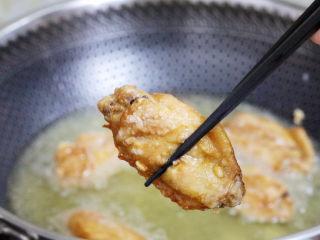 蒜香鸡翅,小火慢炸至淡黄色,捞出控油