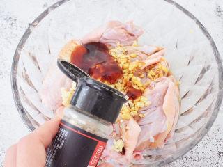 蒜香鸡翅,加入胡椒粉