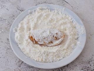 蒜香鸡翅,让其两面都裹上干粉