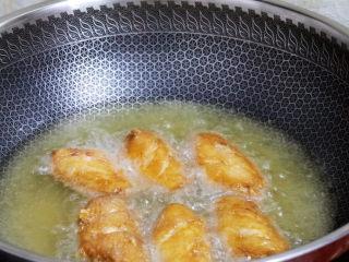 蒜香鸡翅,等锅中的油再次升温时,放入复炸