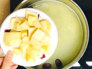 苹果小米粥,最后加入苹果