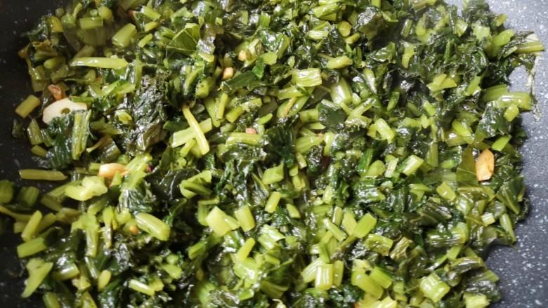 雪菜肉丝面,中火翻炒至雪菜里面的水分蒸发掉,香味飘出。