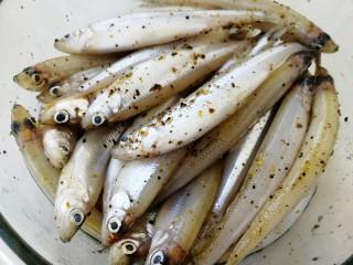 香炸胡瓜鱼,翻拌均匀,腌制20分钟。
