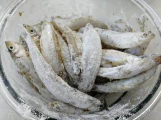 香炸胡瓜鱼,拌匀。