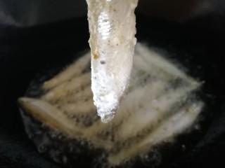 香炸胡瓜鱼,油温6成热,逐条放入油锅。