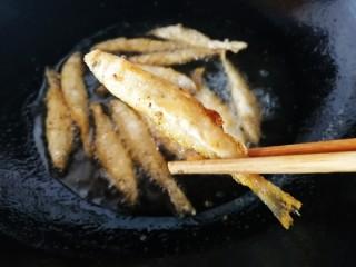 香炸胡瓜鱼,炸至金黄,表皮酥脆。