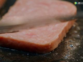 耳光炒饭,5、小火将三片午餐肉煎至金黄,备用。