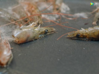 耳光炒饭,3、虾头炼油,炒至金黄色后捞出虾头,虾油留用。