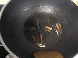 猪油拌面,炸至葱白表面微焦,呈棕色,关火