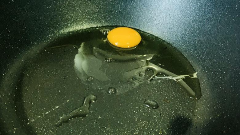 西兰花炒鸡蛋,锅加热,打入鸡蛋