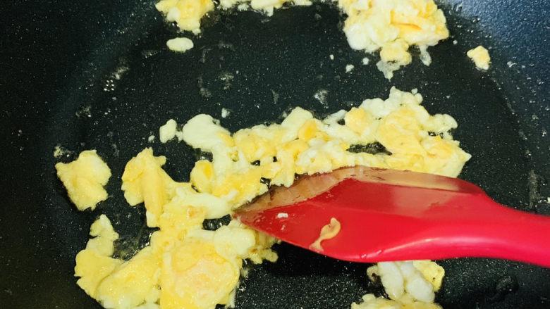 西兰花炒鸡蛋,迅速翻炒
