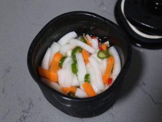 自制泡菜,第二天取出,可以看到腌出的泡菜汁已经快没过表面了