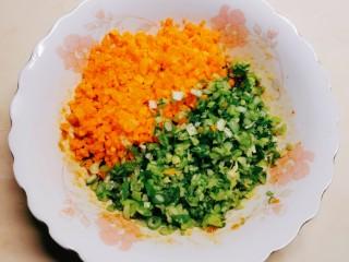 莲藕饼,葱和胡萝卜切碎,放入肉馅碗里,继续搅拌。