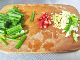 豆芽炒粉条,切葱姜蒜末,小米辣切段,葱叶切段