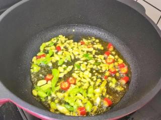 豆芽炒粉条,锅中油热,加入葱姜蒜,小米辣炒出香味