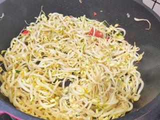 豆芽炒粉条,然后加入绿豆芽翻炒一下,翻炒至豆芽五分熟