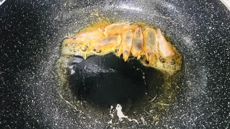 耳光炒饭,锅烧热油煸炒虾头出红油,拣出虾头