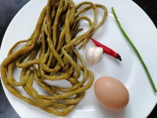 酸豆角炒鸡蛋,准备好所需材料