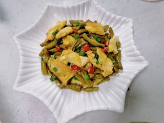 酸豆角炒鸡蛋,装盘放上辣椒和葱花点缀