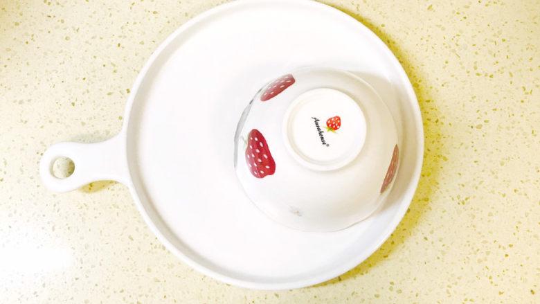 耳光炒饭,将碗倒扣在盘里,取下碗
