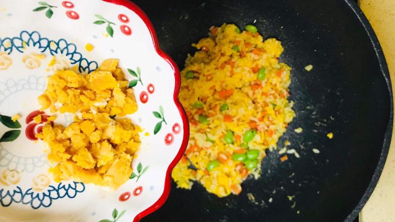 耳光炒饭,加入咸蛋黄