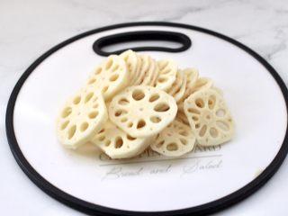 清爽营养的小炒鲜,藕去皮后洗净,用刀切成薄片。