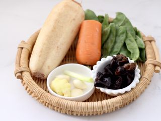 清爽营养的小炒鲜,首先备齐所有的食材,木耳提前洗净泡发。