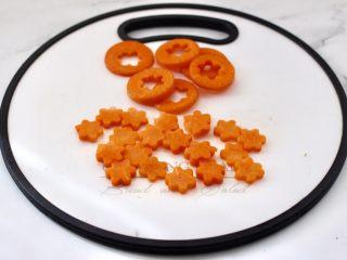 清爽营养的小炒鲜,胡萝卜切片后,用模具刻成小花。