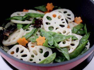 清爽营养的小炒鲜,把焯好的食材倒入锅中。