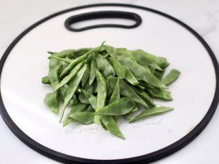 清爽营养的小炒鲜,眉豆两边去掉丝后洗净,每个眉豆用刀斜切两半