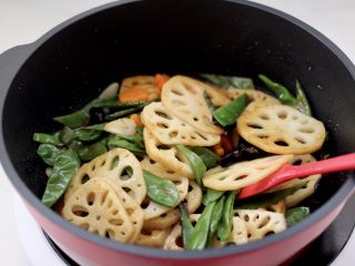 清爽营养的小炒鲜,大火快速翻炒片刻。