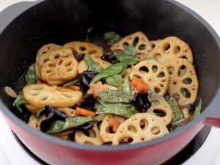 清爽营养的小炒鲜,看见锅中汤汁收干,即可关火。