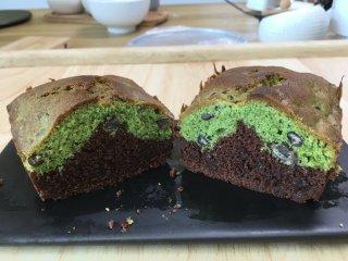 双色磅蛋糕教程,基础甜品、口感扎实细腻、茶香味和巧克力味浓郁。
