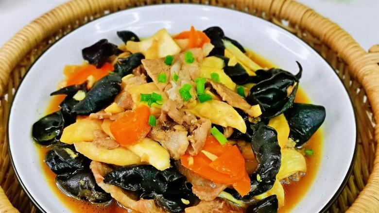 茭白木耳炒肉,超级下饭的菜,好吃到汤都不剩。