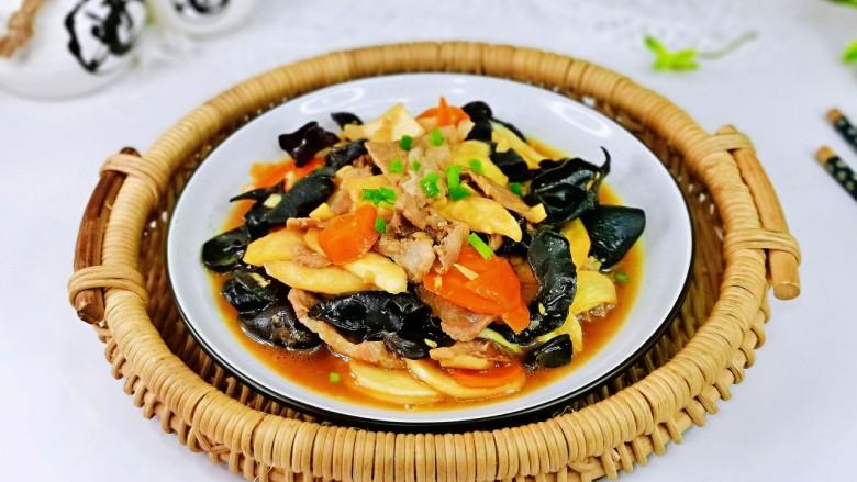茭白木耳炒肉,盛出装盘撒上葱花,简单快手家常菜。