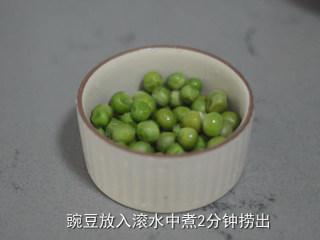 耳光炒饭,豌豆用滚水煮2分钟后捞出