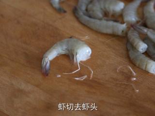 耳光炒饭,虾切去头部