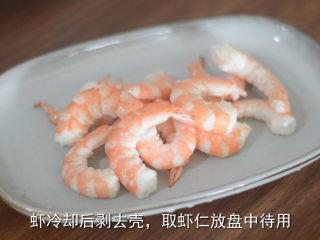 耳光炒饭,将放凉的虾剥去壳