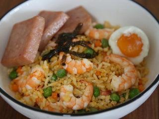 耳光炒饭,盛出后摆上午餐肉、海苔碎和温泉蛋即可