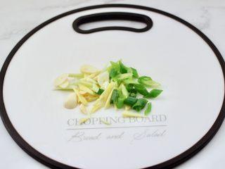临沂炒鸡,葱姜蒜用刀切碎。