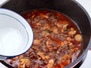 临沂炒鸡,看见锅中汤汁变少的时候勾芡。