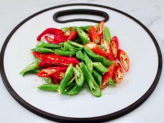 临沂炒鸡,青尖椒和红尖椒用刀斜切成粗丝。